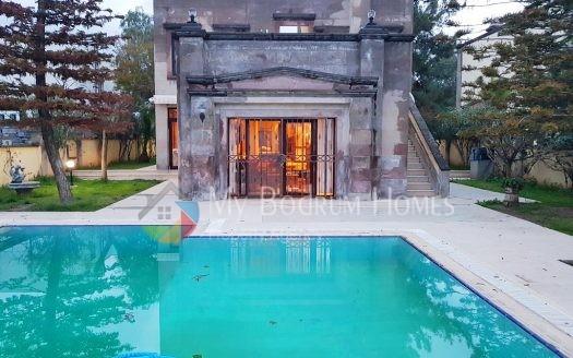Konacık Merkezde 1.500mt2 Arsa içinde Havuzlu Taş Villa
